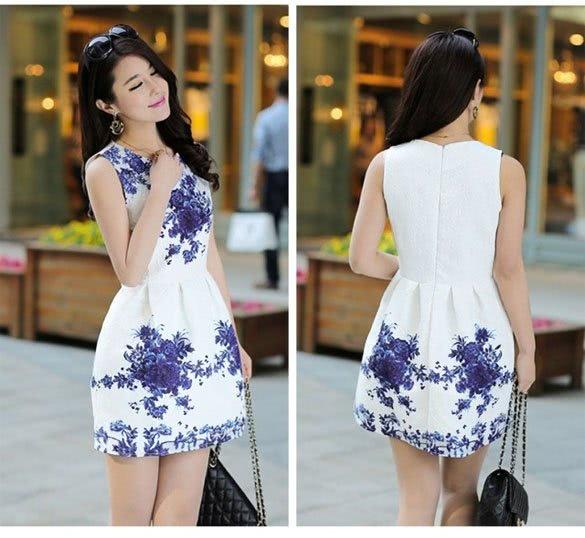 Белое платье с синими узорами